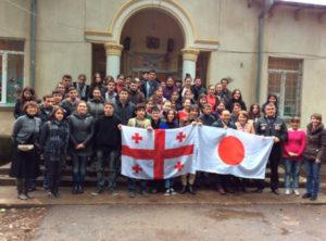 クタイシのDvevri Public Schoolにてワークショップを開催後、参加した学生達と記念撮影