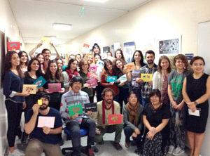 ウシュック大学の学生が完成した作品を手に笑顔で記念撮影